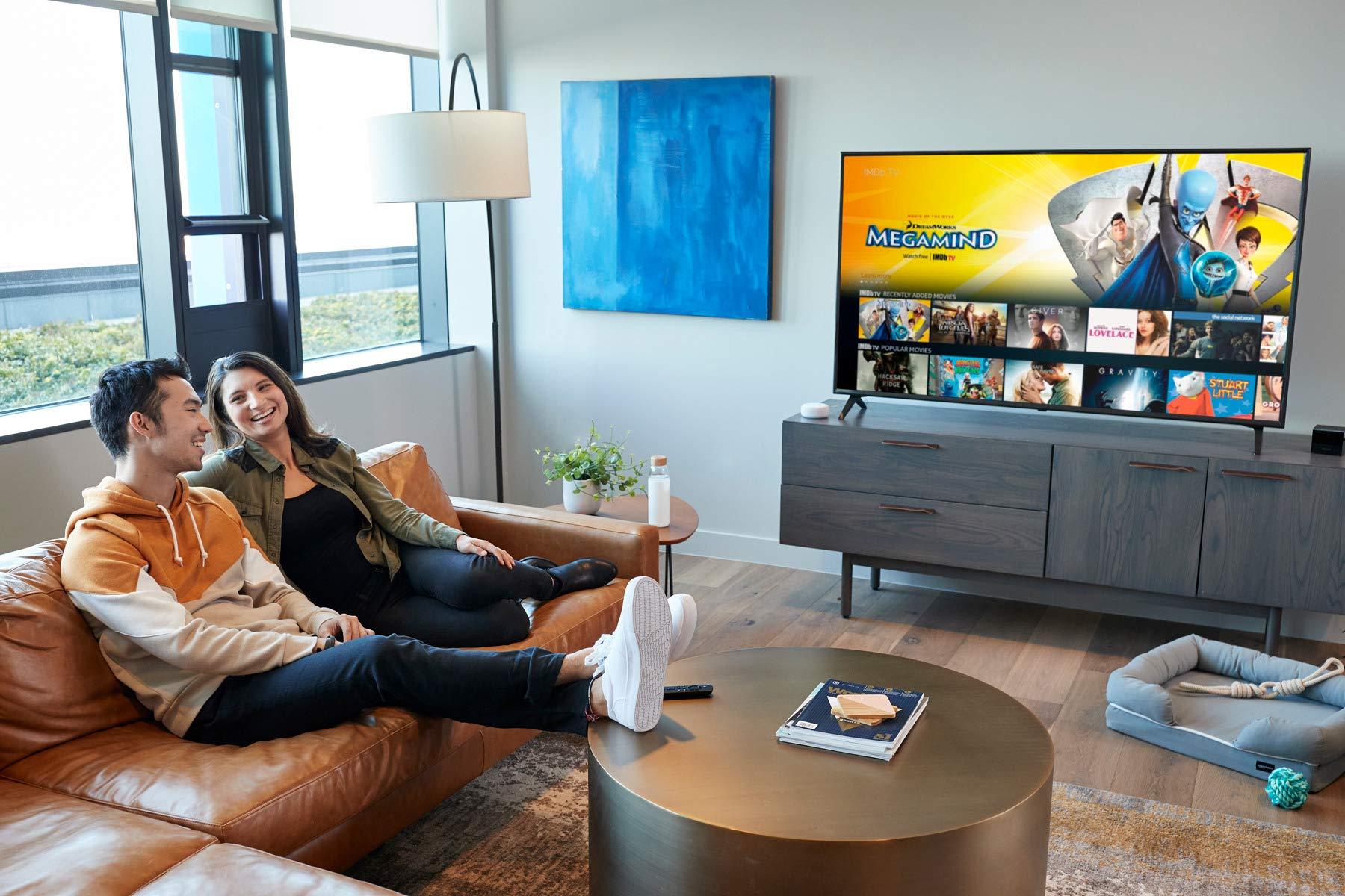 家人在客厅观看OTT视频
