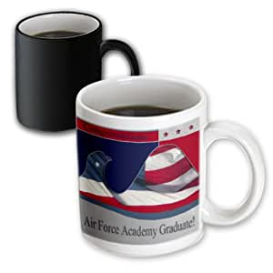 3drose BEVERLY TURNER patriotic 设计 – congratulations *学院毕业生,国旗鹰 – 马克杯 黑色/白色 11-oz Magic Transforming Mug