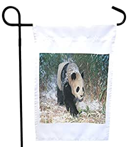 Rikki Knight 白雪房中的熊猫或花园旗帜带有 27.94 x 27.94 cm 图案,30.48 x 45.72 cm