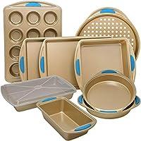 Perlli 10 件套不粘碳钢烤盘套装,含烘焙盘、烘焙纸、饼干纸、松饼盘和蛋糕盘带盖,奢华金带钢蓝色硅胶手柄。