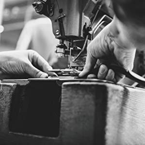 Schwarz-Weiß Bild, Hände arbeiten an Maschine